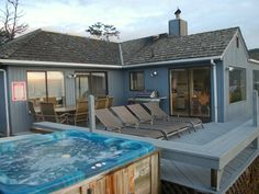 Oceanfront Jacuzzi, Lounge Chairs, Patio Chairs and Dining Table, BBQ. Paradise! $260