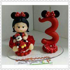 Mini topo menina minnie em biscuit mede aproximadamente 9cm colocado na base de 8x14 faço na cor desejada