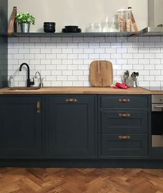 Very Kerry H Farrow and Ball Off Black kitchen units White Kitchen Cabinets Ball Black Farrow Kerry Kitchen kitcheninspo units Dark Kitchen Cabinets, Black Cabinets, Kitchen Units, Kitchen Unit Handles, White Cupboards, Kitchen Cabinet Design, Home Decor Kitchen, Kitchen Furniture, New Kitchen
