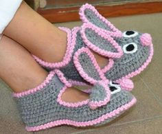 Learn how to make these beautiful bunny slippers using the technique of . - Learn how to make these beautiful bunny slippers using the crochet technique. This time we present - Crochet Socks Pattern, Crochet Baby Shoes, Crochet Baby Booties, Crochet Beanie, Baby Knitting Patterns, Crochet Clothes, Crochet Patterns, Bunny Slippers, Knitted Slippers