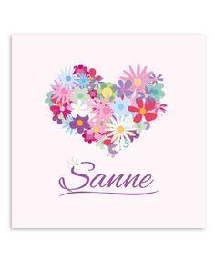 Een lieve muurdecoratie voor de meisjes kamer met lieve bloemetjes in de vorm van een hartje. Deze muurdecoratie wordt gratis gepersonaliseerd! Verkrijgbaar in diverse afmetingen. https://www.lievespulletjes.nl/muurdecoratie-babykamer-bloem-sanne/