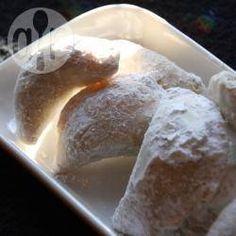 Arabische Hörnchen mit Mandel-Nussfüllung / Diese Cornes de gazelle (arabische Hörnchen) sind mit Mandeln und Haselnüssen gefüllt. Sie dürfen nicht braun backen, also nicht zu lange im Ofen lassen. @ de.allrecipes.com