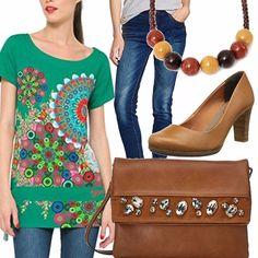 Comoda e sportiva con i blu jeans molto economici, la t-shirt desigual verde a fantasia lunga sui fianchi e annodata, comoda anche per chi ha delle curve più morbide, décolleté con tacco quadrato e punta stondata color cuoio, borsa a tracolla color cuoio e collana a palle.