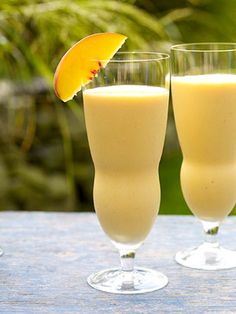These classic #peachsmoothies are a great sweet treat and #healthysnack.