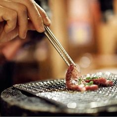The perception of sharpness in Japan probably holds the key as to why it is precisely Japanese knives that are the first choice of chefs around the globe. To the Japanese, sharpness traditionally entails the concept of taste and freshness, which also explains their primary goal in maintaining a blade's sharpness – to cause the least damage to the cell walls in meat and vegetables. #japaneseknives #japan #finesharpness #osterrob #kitchentools #kitchenknife #yakiniku #japan #japantravels…