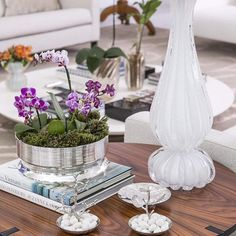 """""""O centro de prata Spin P é ideal para mesas laterais e mesas de centro!! Na foto com abajur de murano branco e petisqueiras Michael Aram!! Você encontra…"""""""