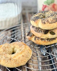 Bagel: la ricetta dei bagel americani, con soli due ingredienti e 5 minuti di lavoro. Da provare assolutamente! I bagel sono ideali a colazione, pranzo, merenda e anche in viaggio.