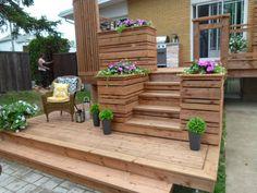La construction de cette terrasse intime à deux paliers en bois traité brun a été réalisée dans le cadre de l'émission Deck possible.