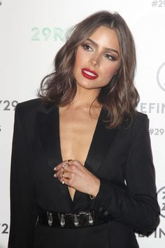 What's your skin care routine? These 7 timeless skin care tips will help you realize how important it is to take care of our skin. 7 Timeless Skin Care Tips You Should Be Using. Brown Hair Shades, Light Brown Hair, Brown Hair Colors, Olivia Culpo Hair, Medium Hair Styles, Short Hair Styles, Timeless Skin Care, Red Lip Makeup, Brown Hair With Highlights
