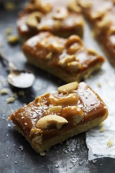 The BEST buttery shortbread crust topped with a layer of chewy caramel, crunchy cashews and sea salt! | Creme de la Crumb