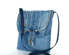 Recycled cross body bag by Sisoibags Jean Purses, Purses And Bags, Side Purses, Triangle Bag, Denim Purse, Diy Tote Bag, Recycled Denim, Girls Jeans, Blue Bags