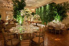 Decoração em verde e branco para um casamento clássico e intimista. Esse era o sonho dos noivos, que contrataram a decoradora Flávia Fonseca Moraes para criar o projeto.
