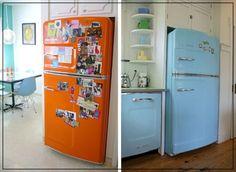 A la hora de elegir los electrodomésticos es esencial escoger aquellos de aire sesentero, especialmente los que están llenos de color y conseguigan crear el contraste necesario con el resto de colores pasteles.