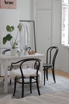 Simplicidade nos mobiliário e nos tons usados :)
