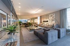 A profissional Brunete Fraccaroli desenvolveu o espaço Mil Tons de Cinza, de 220 m². O ambiente se baseia nas variações de cinza e possui paredes revestidas por papel e espelhos. 27ª Casa Cor SP segue até dia 21 de julho de 2013, no Jockey Club de São Paulo