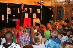 Basisschool goochelaar Aarnoud Agricola tijdens schoolvoorstelling op de Waaier in Warmond.