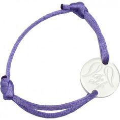 """Das wunderschöne Kinderarmband """"Be Safe"""" des beliebten Labels """"Be Safe Angel"""" ist ein tolles, besonderes Geschenk. Mit individueller Wunsch-Gravur auf einer Seite dessilbernen Anhängers und lila-farbenem Band. Versandkostenfrei bei melovely.de"""