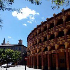 El coso de La Misericordia es el segundo más antiguo de España. Fue construido en 1764 por Ramón Pignatelli con el fin de subvencionar el Hospital y la Casa de La Misericordia (actualmente sede de la Diputación General de Aragon)  #zaragozaguia #zaragoza #regalazaragoza #zaragozapaseando #zaragozaturismo #zaragozadestino #miziudad #zaragozeando #mantisgram #magicaragon #loves_zaragoza #loves_aragon #igerszaragoza #igerszgz #igersaragon #instazgz #instamaños #instazaragoza #zaragozamola