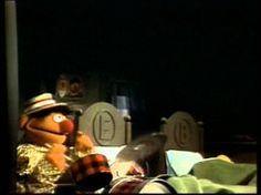 Bert en Ernie zingen 'Daarvoor Ben je Mijn Vriend' Bert en Ernie zingen op hun geheel eigen wijze over hun vriendschap.