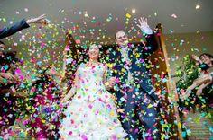 Papelitos de colores a la salida de la iglesia! Foto; Vision8 Cinderella, Disney Princess, Disney Characters, Wedding, Grande, Ideas, Amor, Colored Paper, Mariage