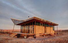 Une famille vivant dans la réserve de navajo, Utah, Etats-Unis a reçu du gouvernement le kit d'une maison préfabriquée. Face à ce logis générique et sans caractère, les étudiants de DesignBuildBLUFF (Université de l'Utah) ont eu l'idée d'inverser le sens de la toiture afin de co…