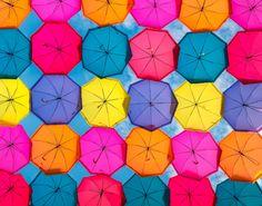 Bright umbrellas poster wall art imagen por Chachaprints en Etsy