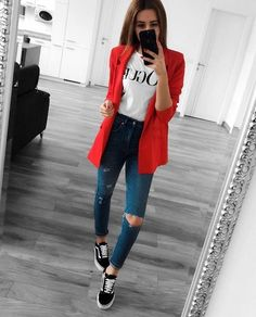 Casual work outfit with red blazer and sneakers Instagram Outfits, Mode Instagram, Pinterest Instagram, Blazer Outfits Casual, Vans Outfit, Outfit With Blazer, Red Sneakers Outfit, Red Dress Outfit Casual, Vans Old Skool Outfit
