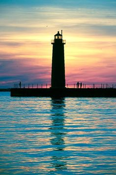The Sun Sets Silhouetting the Muskegon par JohnHarmonGallery,
