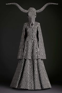 Gareth Pugh Spring/Summer 2015 Ready-To-Wear Paris Fashion Week Weird Fashion, Dark Fashion, Fashion Art, High Fashion, Fashion Show, Fashion Design, Latex Fashion, Emo Fashion, Gothic Fashion