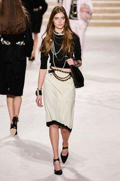 Chanel Pre-Fall 2020 Fashion Show - Vogue Fashion Moda, Fashion Week, Fashion 2020, Runway Fashion, Fashion Art, Fashion Brands, High Fashion, Autumn Fashion, Fashion Outfits
