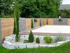 Gabionen und Holz-Sichtschutz kombiniert
