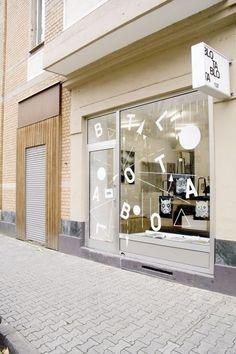 Window decals e window signage, shop interior design y shop Design Garage, Design Exterior, Shop Interior Design, Cafe Design, Retail Design, Store Design, Retail Facade, Retail Signage, Retail Windows