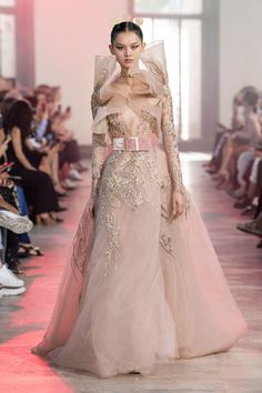 Elie Saab Fall 2019 Couture Collection - Vogue Elie Saab Couture, 80s Fashion, Boho Fashion, Fashion Show, Fashion Dresses, Fashion Design, Classy Fashion, College Fashion, School Fashion