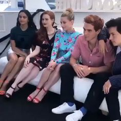Bughead Riverdale, Riverdale Archie, Riverdale Funny, Riverdale Memes, Riverdale Wallpaper Iphone, Riverdale Cole Sprouse, Good Movies To Watch, Disney Channel Stars, Funny Fashion
