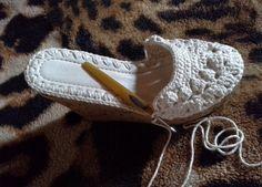 sandalia-croche-anabela Crochet Sandals, Crochet Boots, Crochet Slippers, Crochet Clothes, Crochet Motif, Crochet Lace, Crochet Patterns, Knit Shoes, Sock Shoes