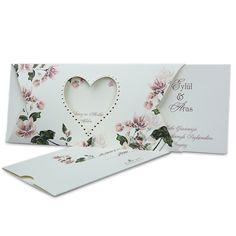 Hochzeitseinladung in creme mit rosa-grüner Blumenverzierung. Die Einladungskarte zur Hochzeit mit Blütenmuster hat ein ausgestanztes Herz in der Mitte.