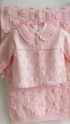Baby clothes should be selected according to what? How to wash baby clothes? What should be considered when choosing baby clothes in shopping? Baby clothes should be selected according to … Knit Baby Sweaters, Knitted Baby Clothes, Knit Baby Dress, Baby Knits, Baby Cardigan Knitting Pattern Free, Baby Knitting Patterns, Knitting Ideas, Free Knitting, Diy Crafts Dress