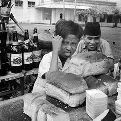 Tukang jual roti tawar pagi hari, Djakarta 1951 Old Commercials, Dutch East Indies, Vintage Artwork, Historical Pictures, Borneo, Old Pictures, Jakarta, Bali, The Past