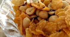 """Esses Amendoins com flocos de milho crocantes, também conhecidos com Petiscos de cinema, são como pipoca: não dá para parar de comer. O nome já diz tudo - """" petisco de cinema"""" - porque ele é a companhia ideal para você assistir um bom filme no conforto de sua casa. Há... #amendoim #aperitivos"""
