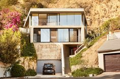 Is a picturesque hillside on your home bucket list? Because it's *definitely* on ours. 🏡 More of this daring concrete dream house, via the… Cement Steps, Indoor Outdoor, Glass Pavilion, Concrete Houses, Los Angeles Homes, Walk In Pantry, Home Buying, House Tours, Interior And Exterior