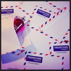 Concours  #AmorAmorHolidays Les fans d'Amor Amor sont invités à envoyer une photo de leur parfum dans un endroit connu de leur ville.