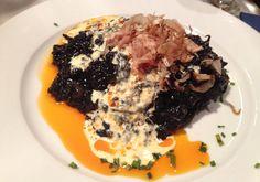 Volcán de arroz negro con marisco y aceite de azafrán. Impresionante...
