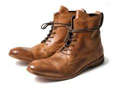 Diese Stiefel von Hudson aus Kalbsleder haben durch Waschung einen schönen Used-Look und Charakter bekommen. Hochqualitativ verarbeitet und schön hoch sind sie perfekt für die noch kalten Tage und mit vielen Sachen kombinierbar.