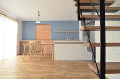 北欧インテリアの家. 無垢フローリング、ブリックタイル、ウッドブラインド、リネンのカーテンと、素材感にこだわった北欧インテリアなお宅です。 #shoeiの家#正栄産業#shoei#正栄#actus#アクタス#注文住宅 #家#home#house#architects#シンプルライフ#ライフスタイル#無垢フローリング#キッチン#ダイニング #リビング #ウッドブラインド#ブリックタイル #鉄骨階段#北欧インテリア#interior #インテリア#ナチュラルインテリア #リネン #natural#Lightning#interiordesign . .