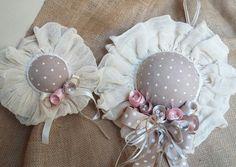 Σε εμάς θα βρείτε Μπομπονιέρες καπελάκι. .χειροποίητες δημιουργίες. Ιδανική επιλογή για μπομπονιερα με θέμα το καπέλο καθώς και για στολισμό Christening, Sarah Key, Candles, Vintage, Beautiful, Decoration, Dolls, Art Crafts, Beautiful Things