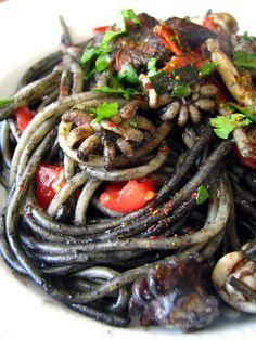 Spaghetti à l'encre de seiche, seiches et épices Rigatoni, Hipster Food, Polenta, Gnocchi, Japchae, Risotto, Dinner, Cooking, Healthy