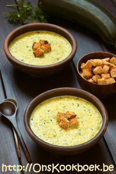 Het makkelijkste recept om lekkere courgettesoep te maken lees je hier: bovendien klaar in 10 minuten, inclusief lekkere curry korstjes.