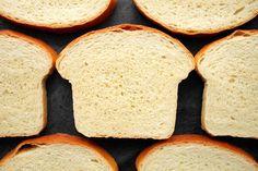 Sám ho peču spíš na slavnostní příležitosti než jako každodenní pečivo. Připravíte s ním naprosto parádní sendviče, nejlépe ale vyniká, když se toast pořádně opeče na másle a když se podává s teplým jídlem. [img:113] Dva příklady pro ilustr... Dumplings, Pizza, Food And Drink, Toast, Bread, Baking, Recipes, Basket, Brot