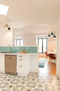 Une cuisine lumineuse ouverte sur le séjour avec carreaux de ciment vintage au sol. Plus de photos sur Côté Maison http://petitlien.fr/7sng