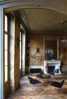 Dans ce salon, décalage entre éléments vintage et contemporains